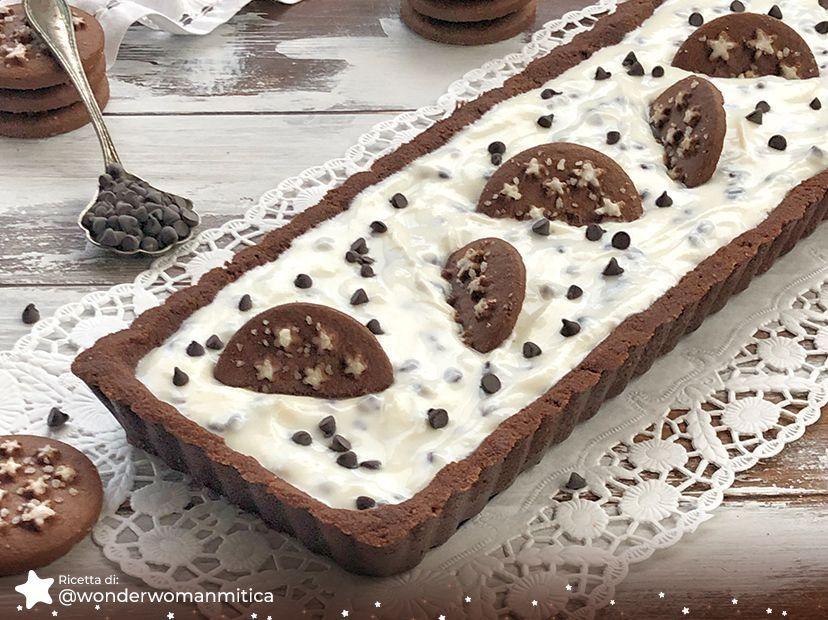 Crostata con crema di ricotta, gocce di cioccolato e Pan di Stelle