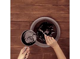 stendere la glassa al cioccolato sulla torta