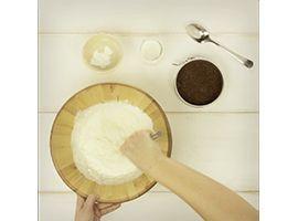 versare in una ciotola la panna e lo zucchero a velo