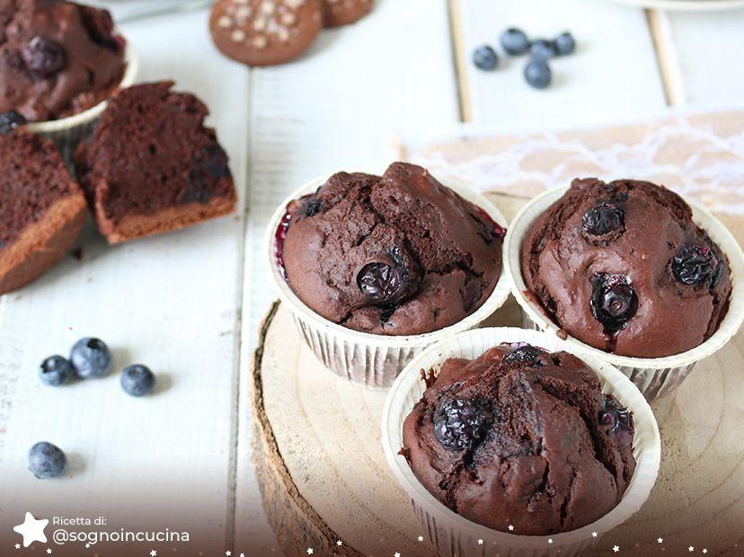 Muffin al cioccolato e biscotti Pan di Stelle