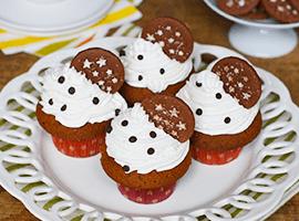 decorare i cupcake con panna e biscotto Pan di Stelle