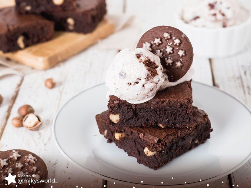 Brownies al cioccolato con gelato ai biscotti Pan di Stelle
