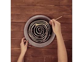 creare la ragnatela di cioccolato con uno stuzzicadenti lungo